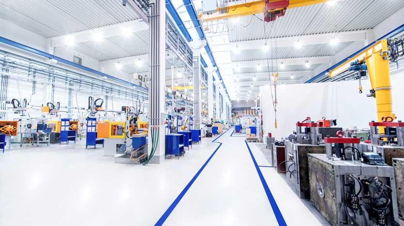 Moderme Produktionshalle mit Fertigungsmaschinen