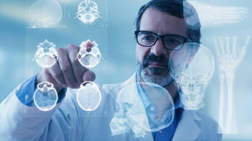 Arzt analysiert Röntgenbilder auf Digital-Display