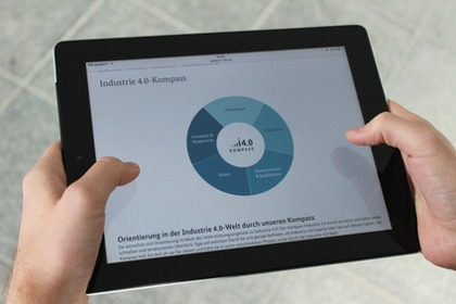 Tablet mit Kompass Industrie 4.0
